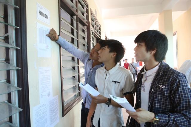 Sáng 1/7, cùng với gần 1 triệu thí sinh cả nước, hơn 30.800 thí sinh ở Quảng Nam và Đà Nẵng dự thi tốt nghiệp THPT quốc gia 2015. Các em được bố mẹ đưa tới các địa điểm thi ngay từ sáng sớm...