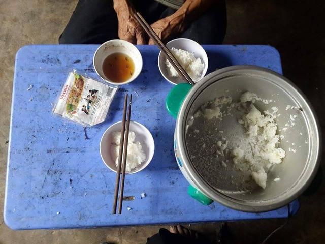 Hình ảnh bữa cơm đạm bạc của gia đình ông Đào.