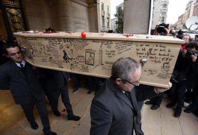 Đám tang của 2 họa sĩ vẽ tranh biếm họa - Georges Wolinski (80 tuổi) và họa sĩ Bernard Verlhac (57 tuổi), bút danh Tignous, cây bút bình luận Elsa Cayat cùng cảnh sát Franck Brinsolaro, người tham gia làm nhiệm vụ tại hiện trường đã diễn ra hôm thứ Năm 16/1.