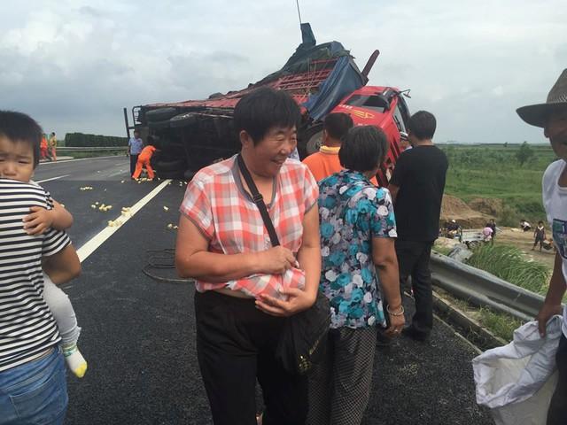 Người dân 'hồ hởi' khi hôi được nhiều gà. (Nguồn: CCTVNews)