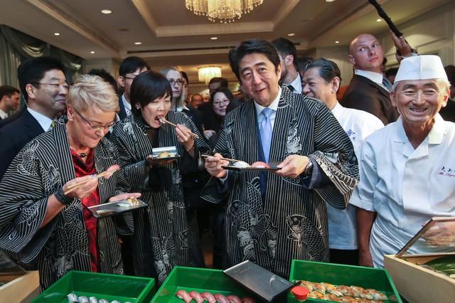 Vợ chồng Thủ tướng Nhật cùng thưởng thức các món ăn trong ngày hội văn hóa Nhật Bản, ẩm thực và thời trang tại Warsaw, Ba Lan.