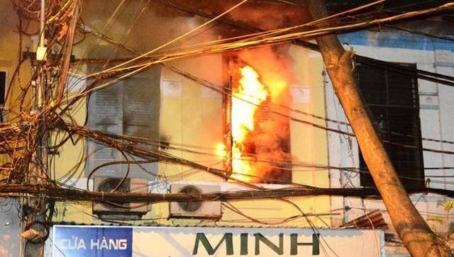 Tầng lầu ngôi nhà hỏa hoạn bị ngọn lửa