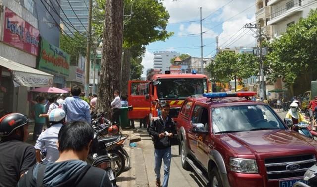 Lực lượng PCCC triển khai đến hiện trường vụ nổ quán kem trên đường Nguyễn Thị Minh Khai.  Ảnh: Trường Nguyên.