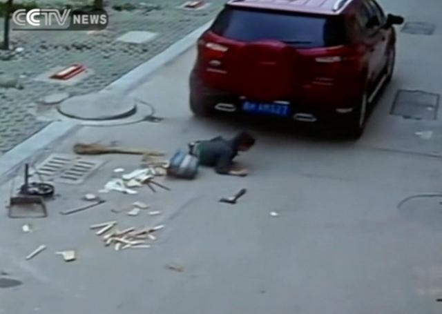 Chiếc xe cán qua người cậu bé. Nguồn: CCTV