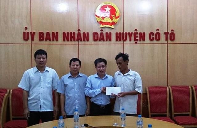 Ông Lê Hồng Giang - Phó Chủ tịch UBND huyện Cô Tô trao tiền hỗ trợ cho người nhà nạn nhân Toan.
