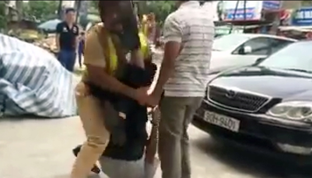 Chiến sỹ CSGT lính trọn cú đạp trong lúc cố gắng khống chế người vi phạm. (Ảnh cắt từ clip)