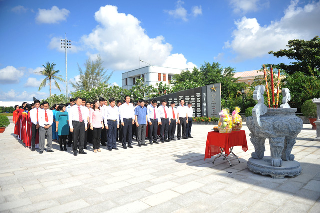 2-Đoàn đại biểu làm lễ tưởng niệm các AHLS tại Đài tưởng niệm Tết Mậu Thân 1968