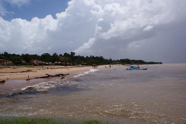 Đảo Colares, Brazil. Người dân hòn đảo này khẳng định họ đã bị người ngoài hành tinh tấn công bằng một tia sáng chói lóa và luồng khí nóng khiến cho hàng trăm người bị thương