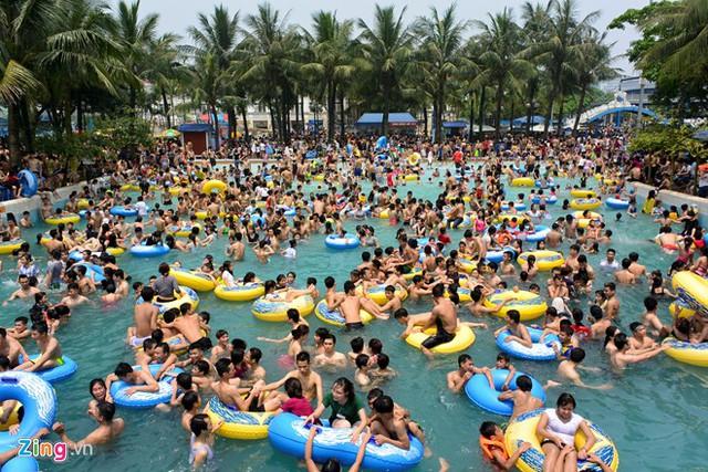 Sáng 19/4, Công viên nước Hồ Tây (Hà Nội) mở cửa miễn phí cho du khách vào vui chơi, tắm mát.