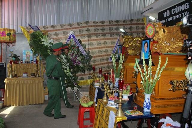 Người thân, hàng xóm và các đồng nghiệp của thượng tá Nguyễn Thành Công tổ chức lễ viếng cho các nạn nhân