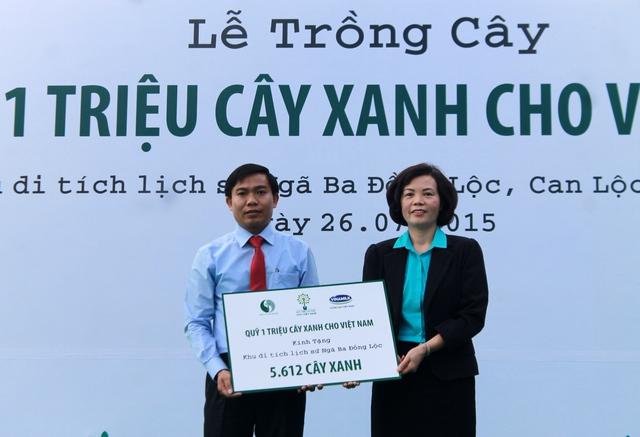Bà Bùi Thị Hương – Giám Đốc Điều Hành Vinamilk trao tặng Bảng tượng trưng tài trợ cây xanh cho đại diện Ban Giám Đốc khu di tích lịch sử Ngã Ba Đồng Lộc tỉnh Hà Tĩnh.