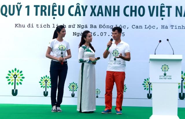 Hoa hậu Ngọc Hân và Nghệ sĩ hài Xuân Bắc - hai đại sứ thiện chí của chương trình Quỹ 1 triệu cây xanh cho Việt Nam giao lưu cùng các đại biểu và thanh niên địa phương.