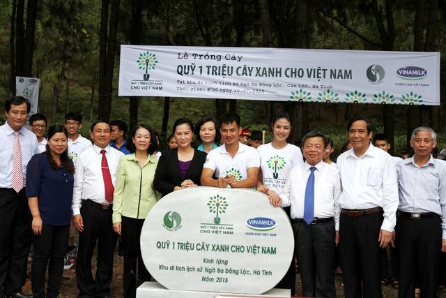 Các đại biểu thực hiện nghi thức đặt bảng đá lưu niệm của chương trình Quỹ 1 triệu cây xanh cho Việt Nam tại Khu Di tích lịch sử Ngã Ba Đồng Lộc, Hà Tĩnh.