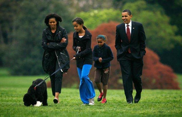 Vợ chồng Tổng thống Mỹ Barack Obama luôn dành thời gian để dạy dỗ cũng như hướng dẫn 2 con gái những điều nhỏ nhặt nhất trong cuộc sống.