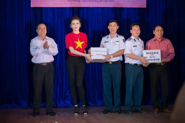 """Ban tổ chức Chương trình """"Những trái tim đồng cảm"""" lần thứ 7 tặng quà cho các Chiến sĩ cảnh sát biển tàu 8003, Hải đội 101, Bộ Tư lệnh vùng Cảnh sát biển 1."""
