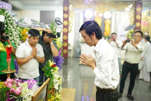 Khuya 8/5, sau khi hoàn tất công việc biểu diễn, danh hài Hoài Linh dành thời gian đến thắp cho Duy Nhân nén hương tiễn biệt.