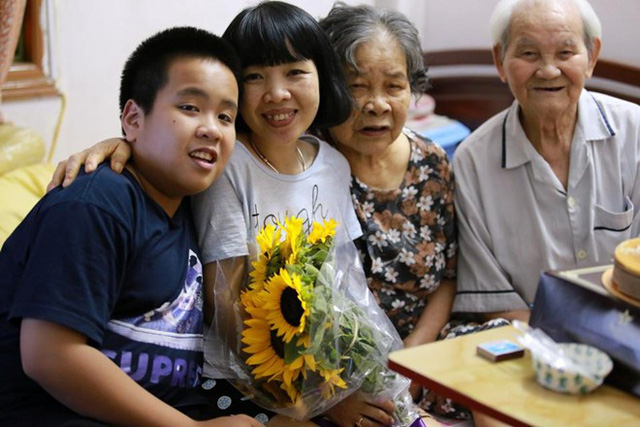 Gia đình Đỗ Nhật Nam trong ngày sinh nhật mẹ Phan Hồ Điệp.