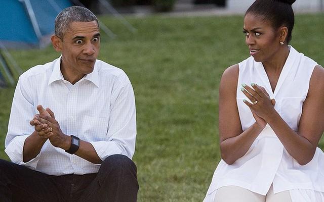 Trong lúc vỗ tay theo một điệu nhạc, đột nhiên Obama trợn mắt và làm méo miệng để tạo bầu không khí vui vẻ. Dường như hành động của ông khiến bà Michelle sửng sốt.