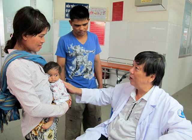 Bé Ngọc Thúy đang được điều trị tại Bệnh viện Nhi Đồng 1 (TP.HCM).