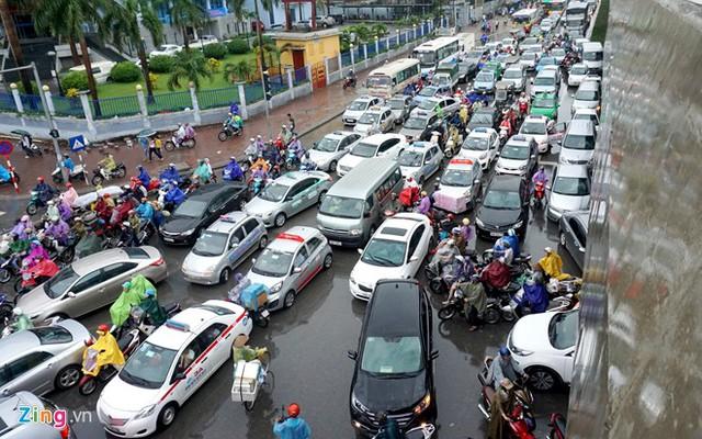 Sau cơn mưa lớn, giao thông tại ngã tư Phạm Hùng - Tôn Thất Thuyết (đoạn trước cổng bến xe Mỹ Đình) trở nên hỗn loạn, hàng nghìn phương tiện nối đuôi nhau bóp còi inh ỏi.