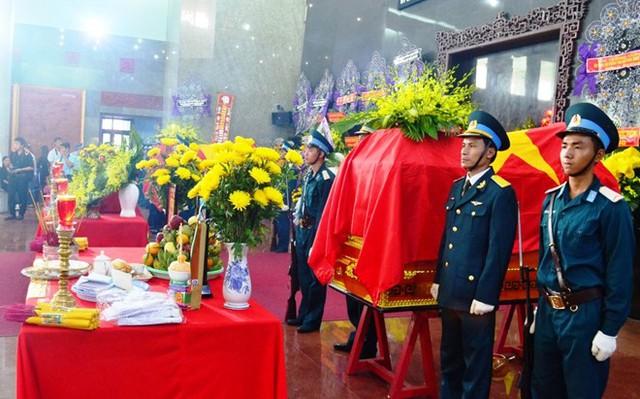 Hai phi công Lê Văn Nghĩa và Nguyễn Anh Tú được quàng tại nhà tang lễ Bộ Quốc phòng.