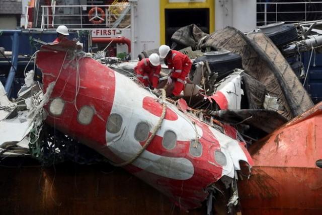 Một mảnh vỡ của máy bay AirAsia được vớt lên từ biển Java sau tai nạn. Ảnh: Reuters