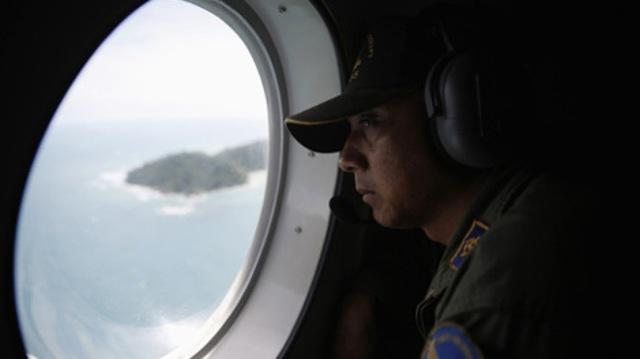 Thành viên thuộc một đội Giám sát Hàng hải Indonesia tìm kiếm máy bay QZ8501 mất tích. Ảnh: Reuters