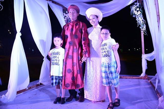 Con riêng của Khánh Linh và chồng mặc đồng phục đi đám cưới