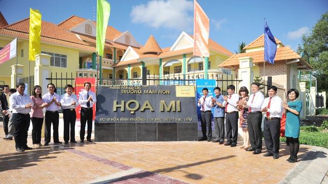 3-Đoàn đại biểu chúc mừng Trường mẫu giáo Họa Mi - Công trình Chào mừng Đại hội Đảng các cấp do VietinBank đầu tư tài trợ