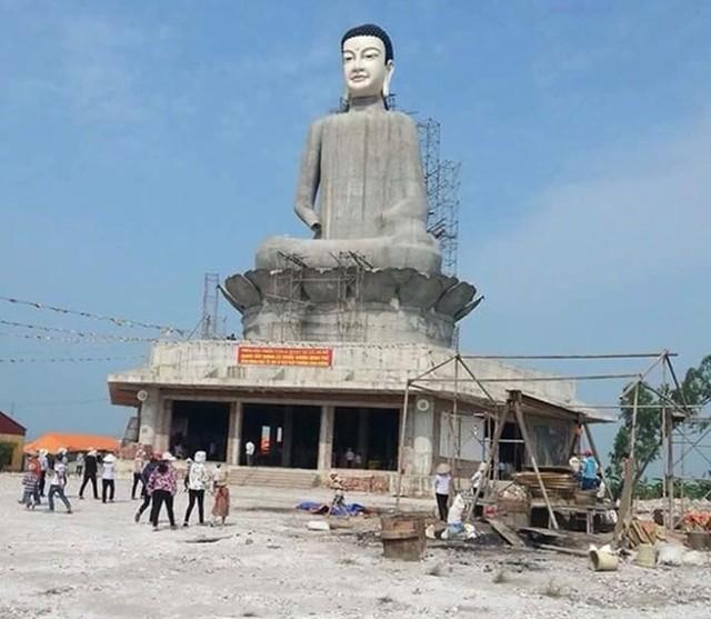 Tượng Phật đang trong quá trình xây dựng.