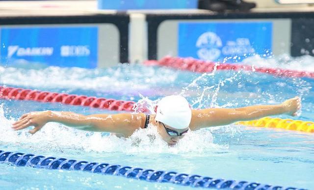 Buổi tối 9/6 ghi nhận những cột mốc thành công vang dội nữa của bơi lội Việt Nam tại SEA Games lần này. Kình ngư Nguyễn Thị Ánh Viên thi đấu đẳng cấp, dễ dàng về nhất chung kết nội dung 200 mét bướm, lập kỷ lục SEA Games. Đây là lần thứ sáu từ đầu giải, VĐV người Cần Thơ này phá kỷ lục và bước lên bục cao nhất. Ảnh: Đức Đồng.