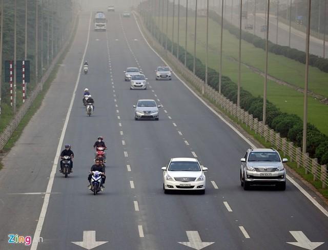 Xe máy chạy trên Đại lộ Thăng Long (Hà Nội). Theo kiến nghị của Ủy ban ATGT quốc gia, phương tiện vi phạm lỗi này sẽ bị tịch thu. Ảnh: Hoàng Anh.