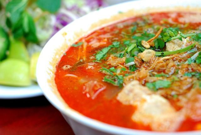 10. Bún riêu: Nước dùng của món bún này được nấu từ cua xay, cùng với màu cua và dấm. Như nhiều món bún khác của Việt Nam, bún riêu được ăn kèm với rất nhiều loại rau sống như hành tươi, rau mùi, giá và rau muống.