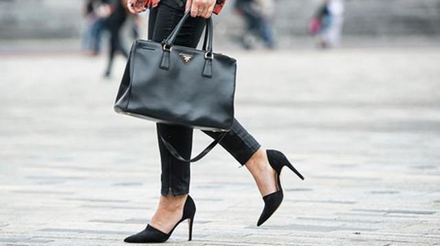 6. Sắm ngay một đôi giày mũi nhọn. Giày cao gót mũi nhọn luôn mang lại vẻ đẹp sexy, gợi cảm và tạo cảm giác thon dài cho đôi chân, đặc biệt khi bạn kết hợp với quần ống rộng hoặc váy bút chì kiểu dáng đẹp. Do đó đây cũng là loại phụ kiện đáng được bạn cân nhắc để đầu tư khi xuân về.