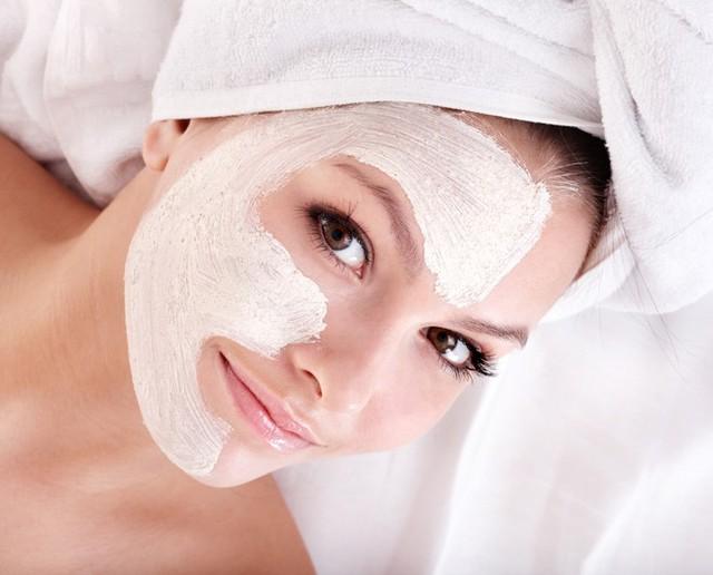 8. Siêng đắp mặt nạ. Các loại mặt nạ dưỡng da rất cần thiết khi thời tiết oi bức và nhiều nắng. Bạn nên áp dụng chúng mỗi tuần một lần để giúp hấp thụ bớt lớp dầu thừa, loại bỏ tạp chất, làm mát và duy trì độ ẩm cần thiết cho da.