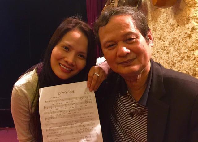 Ca sỹ Đinh Thành Lê với người thầy đáng kính trong dịp chị thu âm ca khúc Cánh cò mẹ do chính ông sáng tác.
