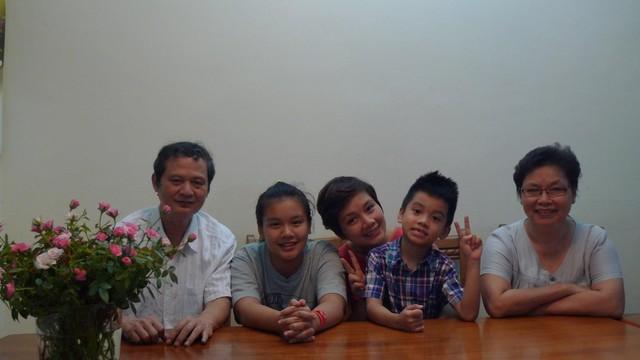 Vợ chồng nhạc sỹ An Thuyên và con gái Bông Mai cùng các cháu ngoại.