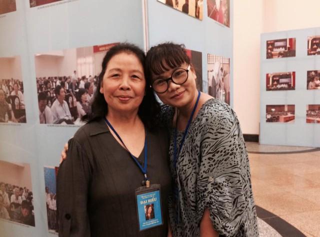 Nhà văn Lê Minh Khuê (trái) và nhà thơ Phan Huyền Thư