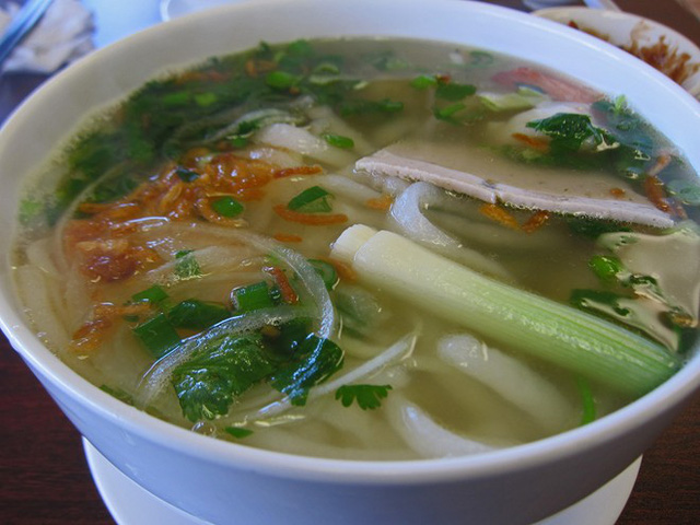11. Bánh canh: Món bánh canh ở miền Nam Việt Nam thường có thêm cá viên, sườn lợn và rau thơm. Ở các vùng khác, nước dùng có thể có vị tôm, cua hoặc đôi khi là chân giò.