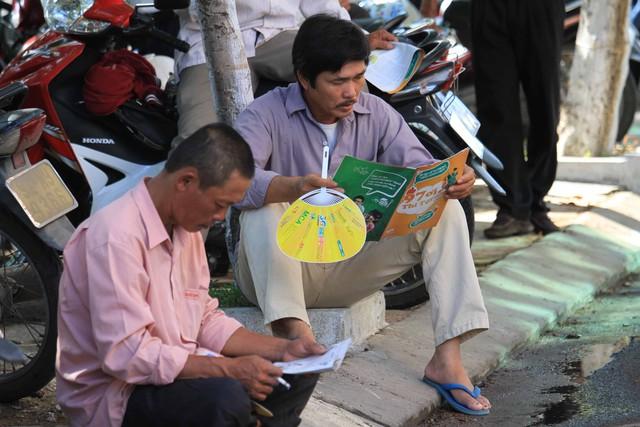 ...nhiều người tranh thủ đọc thông tin, sách báo nhưng trong lòng vẫn canh cánh nỗi lo...