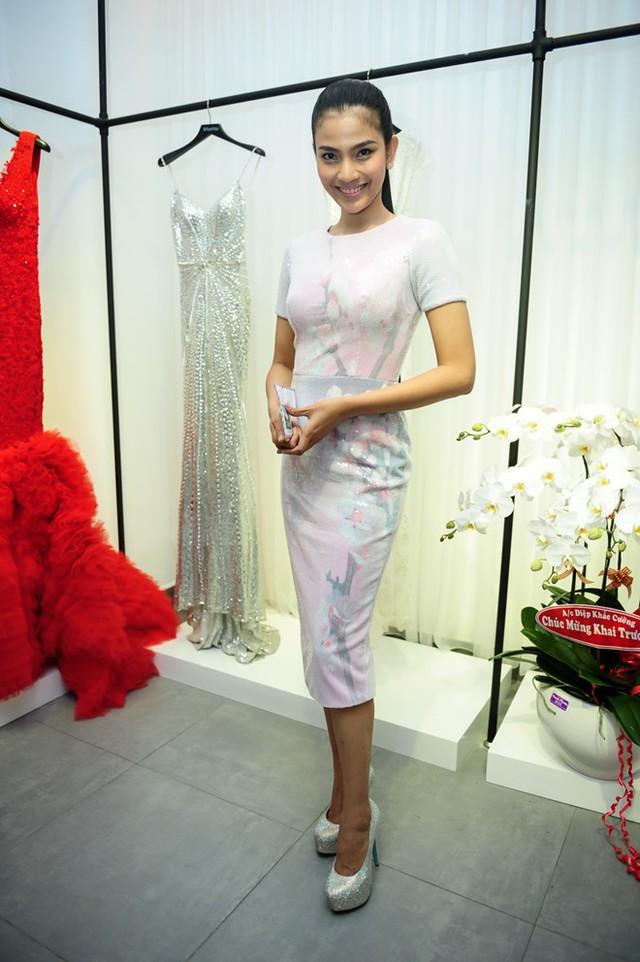 Trương Thị May chụp hình cùng Lê Thanh Hòa. Cô nền nã trong thiết kế in hoa mùa hè nhã nhặn do chủ nhân buổi tiệc thiết kế.