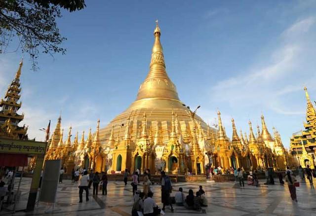 Chùa vàng Shwedagon, Yangon, Myanmar: Đây được coi là ngôi chùa linh thiêng nhất Myanmar, nơi lưu giữ 4 báu vật linh thiêng gồm cây gậy của Phật Câu Lưu Tôn, cái lọc nước của Phật Câu Na Hàm, một mảnh áo của Phật Ca Diếp, và 8 sợi tóc của Phật Thích Ca.