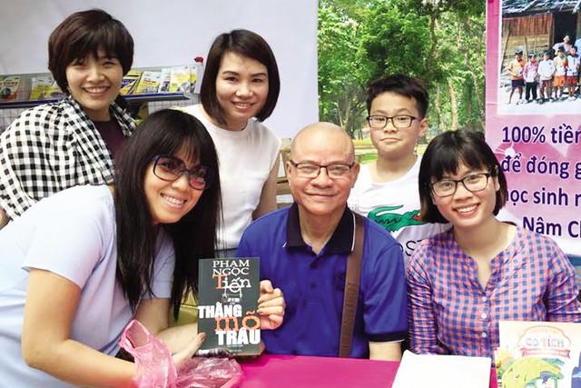 Nhà văn Phạm Ngọc Tiến và độc giả tại Ngày sách Việt Nam 2015. Ảnh: L.Mai