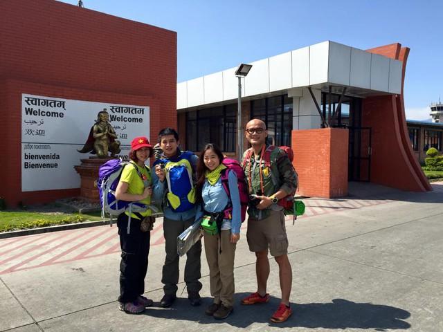 4 thành viên trong đoàn chụp ảnh lưu niệm trên đất Nepal từ những ngày đầu mới qua.