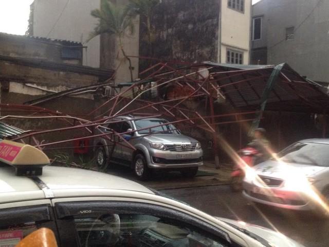 Cảnh đổ nát gara ở phố Nguyễn Đức Cảnh. Ảnh: Hạnh Nguyên