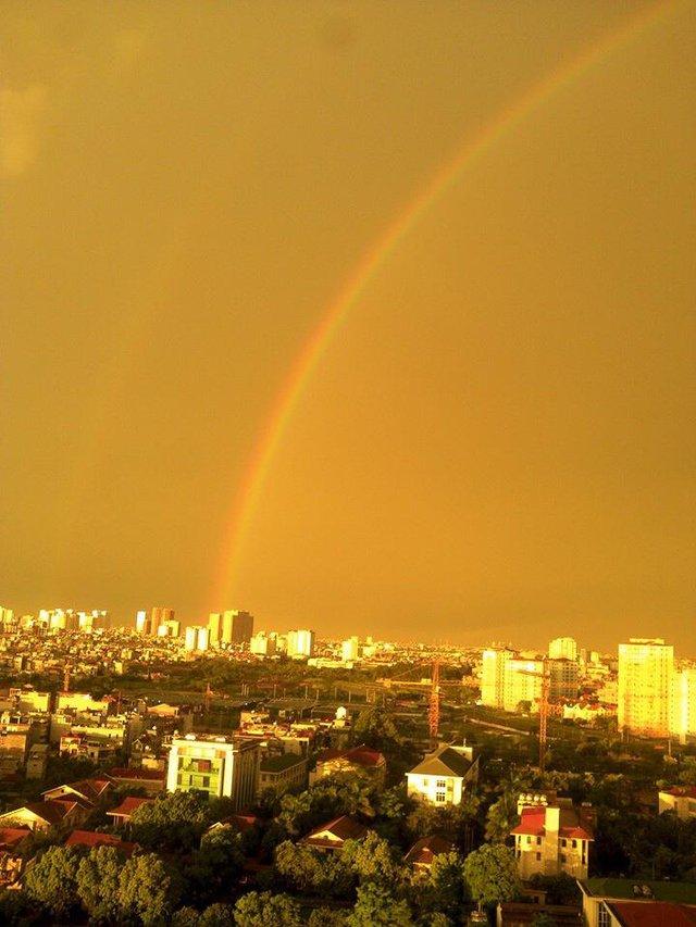Sau cơn mưa dông lớn, cầu vồng xuất hiện khiến bầu trời lại đẹp long lanh. Ảnh: Hạnh Nguyên