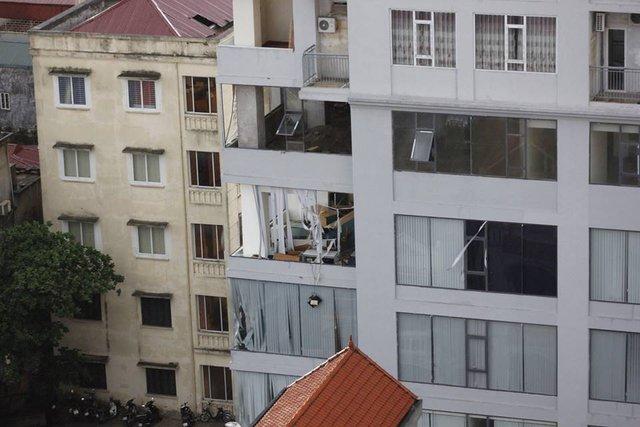 Tòa nhà Khu chung cư 124 Hạ Đình nhiều mặt kính bị vỡ, nước tràn vào nhà dân, văn phòng gây thiệt hại nặng. Ảnh: Quang Huy