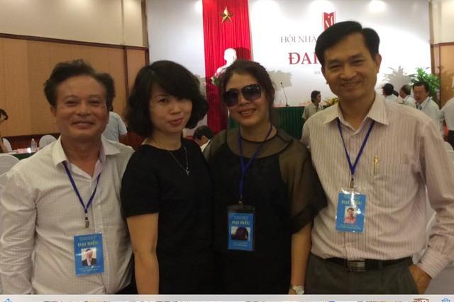 Nhà thơ Lê Cảnh Nhạc (phải) và các đại biểu tham dự đại hội