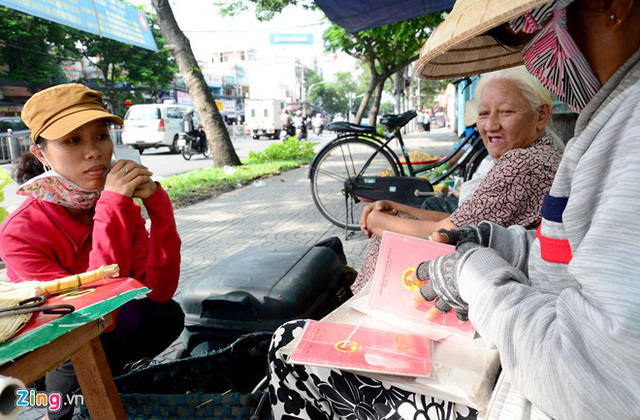 Người ép giấy tờ bằng bàn ủi còn sót lại tại Sài Gòn