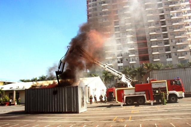 Lực lượng PCCC đang thử các tính năng hiện đại của xe chữa cháy vừa được trang bị